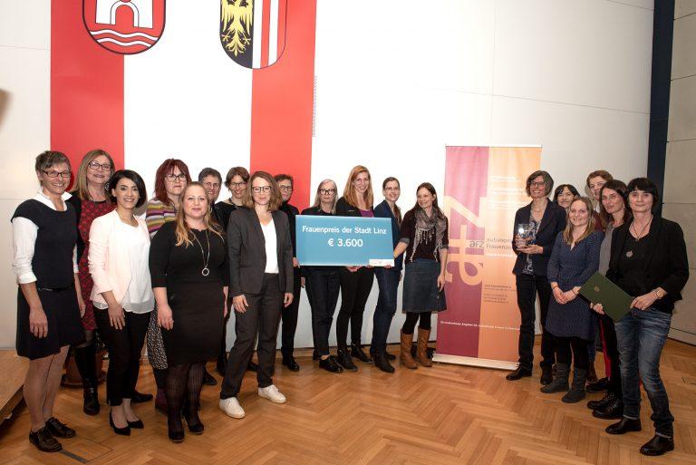 verantwortliche Frauen des Frauenpreises der Stadt Linz sowie Team des autonomen Frauenzentrums.