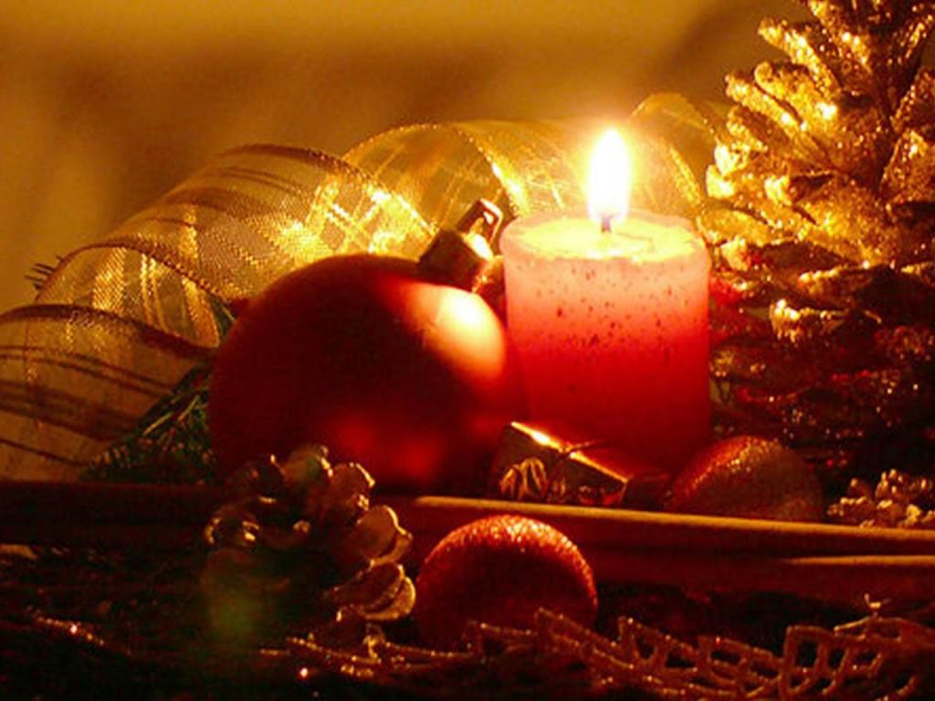 Weihnachtskugel und Kerze
